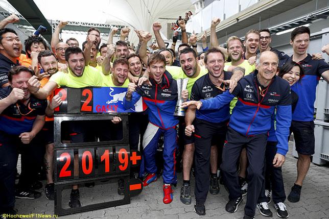 Пьер Гасли празднует успех в Бразилии вместе с командой Toro Rosso