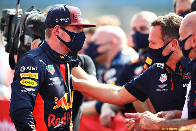 Кристиан Хорнер поздравляет Макса Ферстаппена с победой