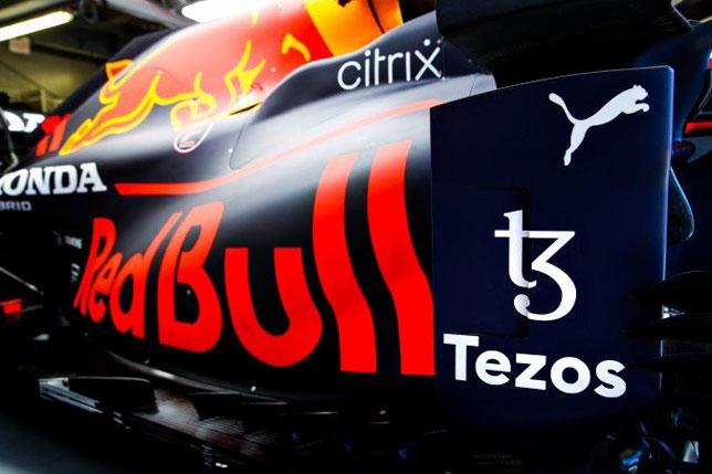 Логотип Tezos на машине Red Bull Racing