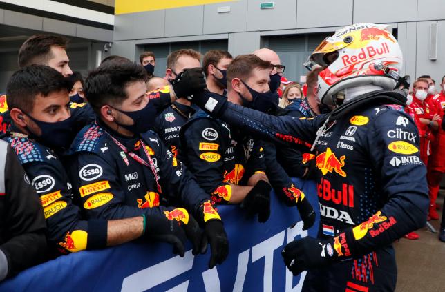 Макс Ферстаппен принимает поздравления от своей команды, фото пресс-службы Red Bull Racing