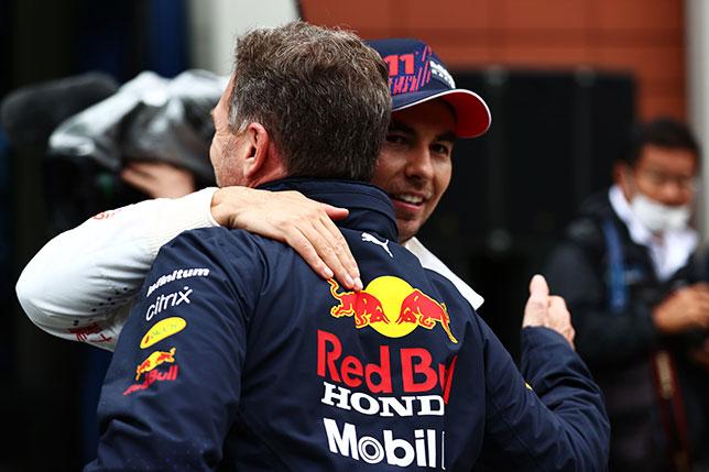 Кристиан Хорнер поздравляет Серхио Переса с подиумом, фото пресс-службы Red Bull Racing