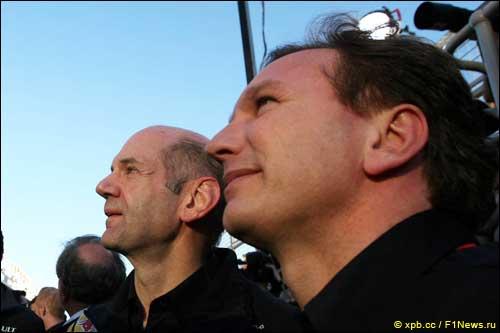 Эдриан Ньюи и Кристиан Хорнер у подиума Гран При Австралии
