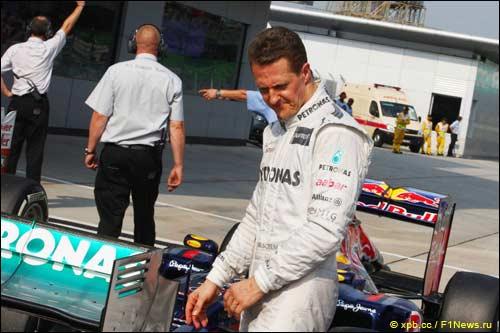 Михаэль Шумахер возле своей W03 в закрытом парке в Сепанге