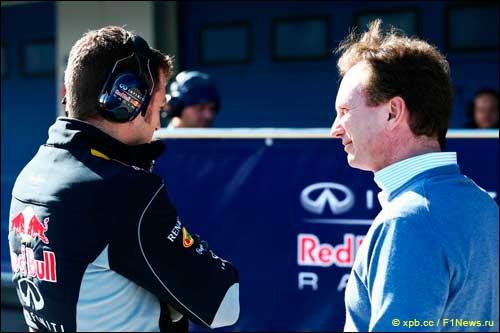 Кристиан Хорнер у закрытых боксов Red Bull Racing