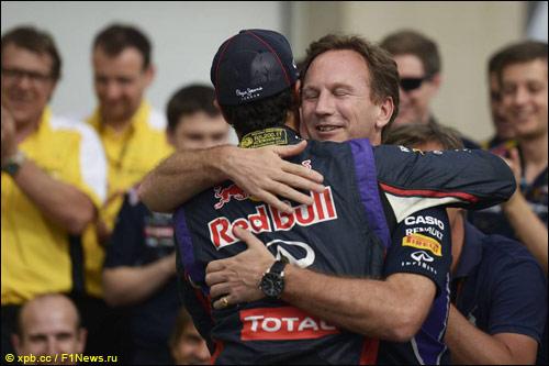 Кристиан Хорнер поздравляет Даниэля Риккардо с победой