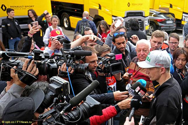 Нико Хюлкенберг на тестах в Барселоне в окружении журналистов
