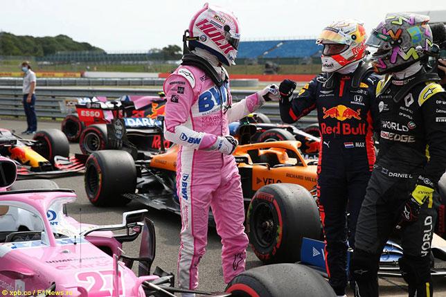 Нико Хюлкенберг (слева) поздравляет Макса Ферстаппена с победой в Гран При 70-летия в Сильверстоуне