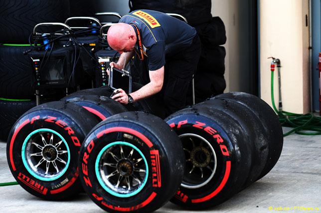 Инженер Pirelli с шинами SuperSoft