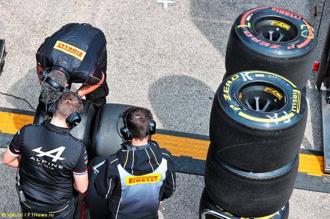 Инженеры работают с шинами Pirelli