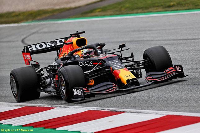 Макс Ферстаппен на трассе в Шпильберге на новых шинах Pirelli