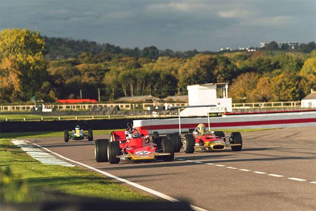 Исторические машины Lotus на трассе в Гудвуде