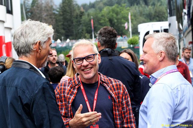 Жак Вильнёв (в центре) в компании с Деймоном Хиллом и Джонни Хербертом