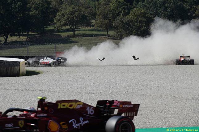 Один из эпизодов Гран При Тосканы в Муджелло: вылет машин Романа Грожана и Макса Ферстаппена