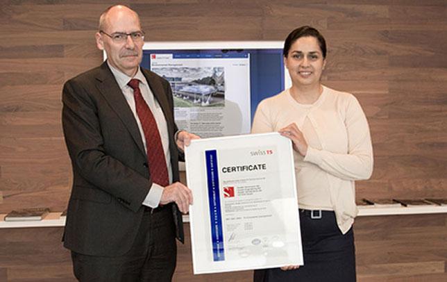 Мониша Кальтенборн получает сертификат ISO 14001