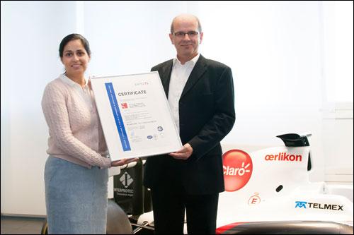 Исполнительный директор Sauber Мониша Кальтенборн получает экологический сертификат