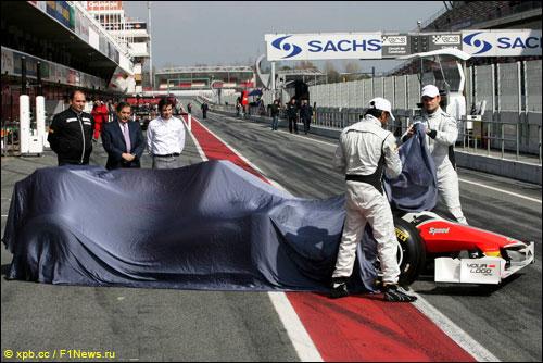 Лиуцци и Картикеян снимают защитное покрывало с F111