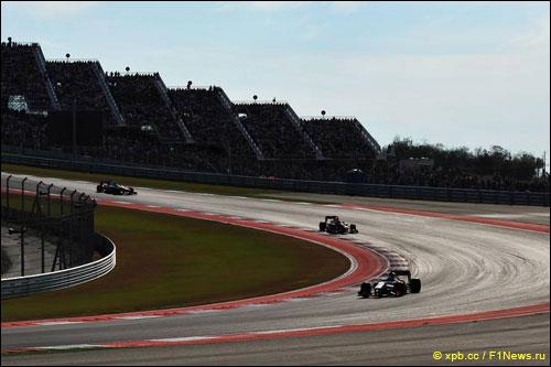 Себастьян Феттель с Льюисом Хэмилтоном преследуют Нараина Картикеяна на трассе Гран При США