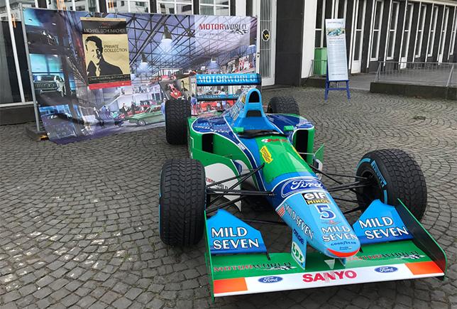 Benetton B194 у входа в кёльнский музей Motorworld, фото Дитера Ренкена
