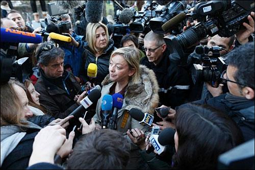 Сабине Кем в окружении журналистов