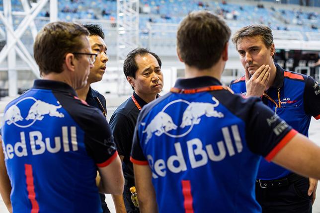 Джеймс Ки (справа) обсуждает рабочие моменты с инженерами Toro Rosso и мотористами Honda