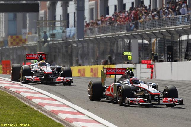 Машины McLaren на трассе в Истанбул-парке, 2011 год