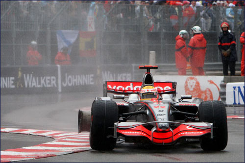 Льюис Хэмилтон на трёх колёсах мчится к победе в Гран При Монако 2008 года