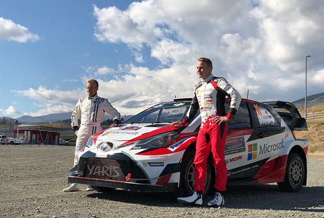 Хейкки Ковалайнен и Эсапекка Лаппи у раллийной Toyota Yaris WRC