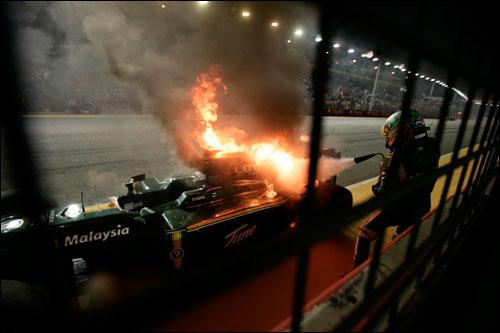 Хейкки Ковалайнен тушин свою Lotus, Сингапур. 2010 год