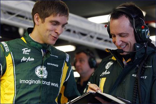 Виталий Петров со своим гоночным инженером Джанлукой Пизанелло на Гран При Австралии