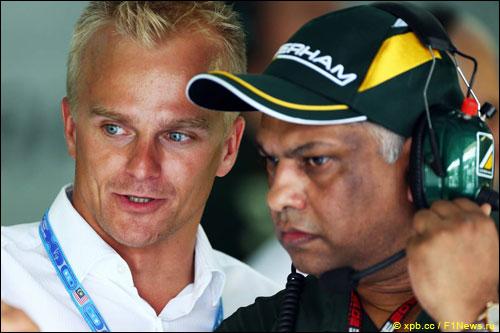 Хейкки Ковалайнен и Тони Фернендес в боксах Caterham в дни Гран При Малайзии
