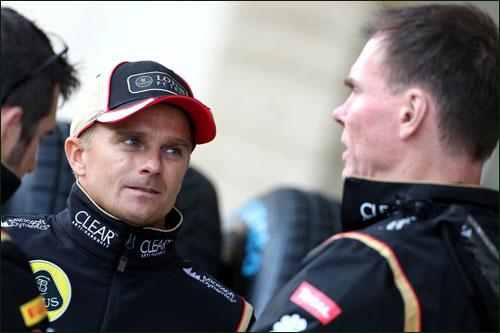 Хейкки Ковалайнен и главный гоночный инженер Lotus Алан Пермейн