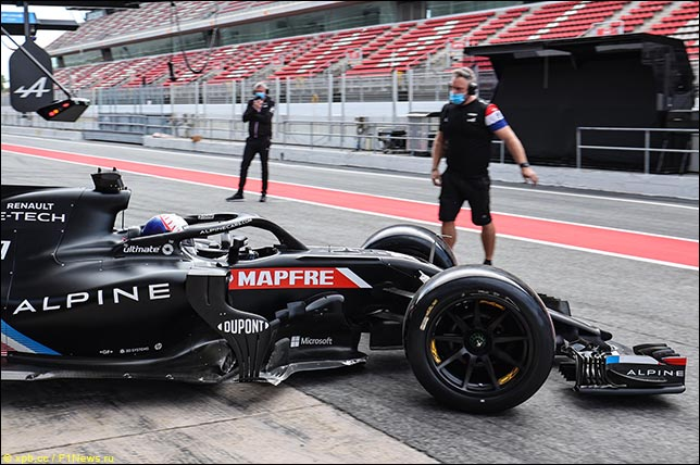 Даниил Квят за рулём Alpine F1 на тестах  Pirelli
