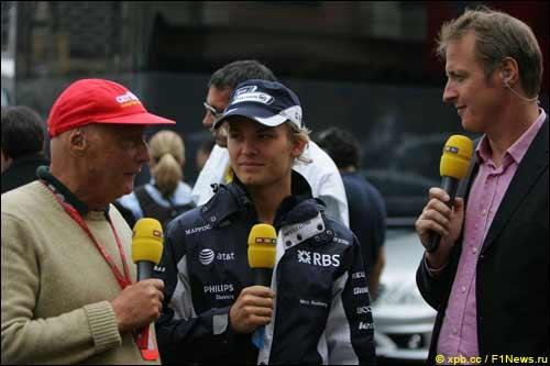Ники Лауда (слева) беседует с Нико Росбергом (в центре) в дни Гран При Монако, 2008 г.
