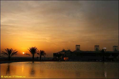 Закат над трассой в Бахрейне