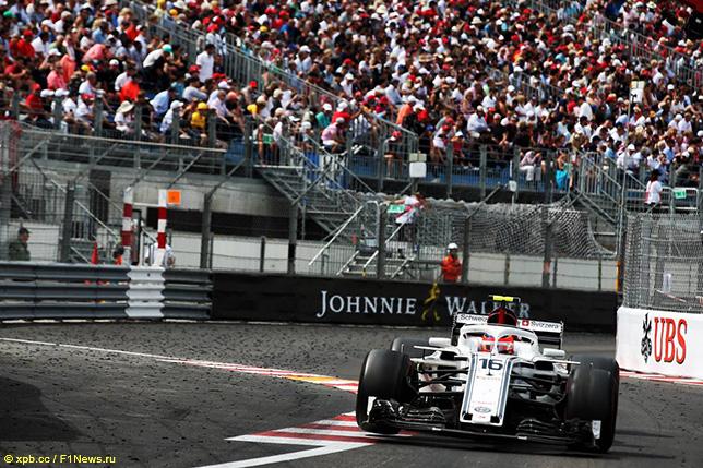 Шарль Леклер за рулём Sauber C37 на трассе Гран При Монако