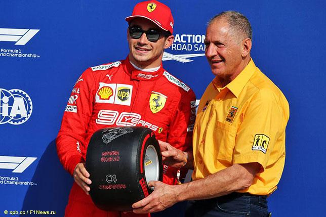 Шарль Леклер принимает приз Pirelli из рук Джоди Шектера