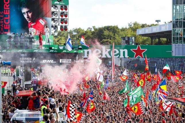 Болельщики приветствуют Шарля Леклера после финиша Гран При Италии