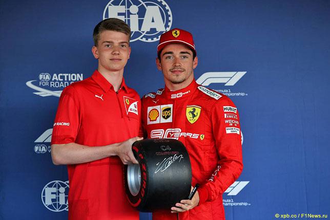 Шарль Леклер получает приз Pirelli за поул-позицию в Сочи из рук Роберта Шварцмана, чемпиона Ф3