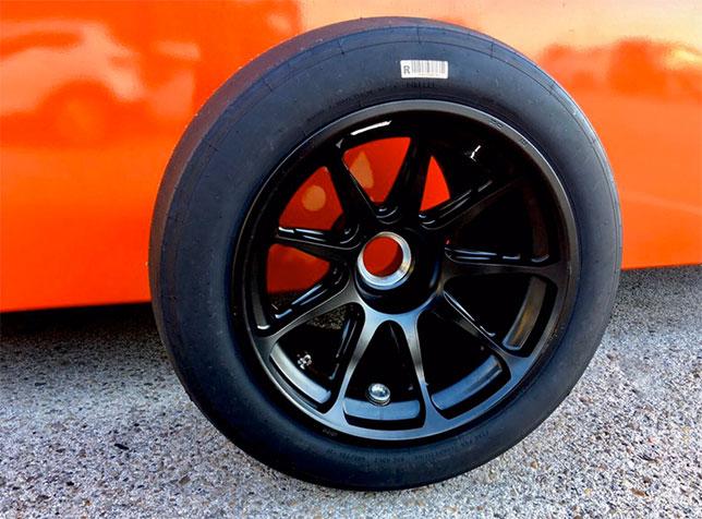 Опытный образец 18-дюмовой резины Pirelli на тестах в Валенсии