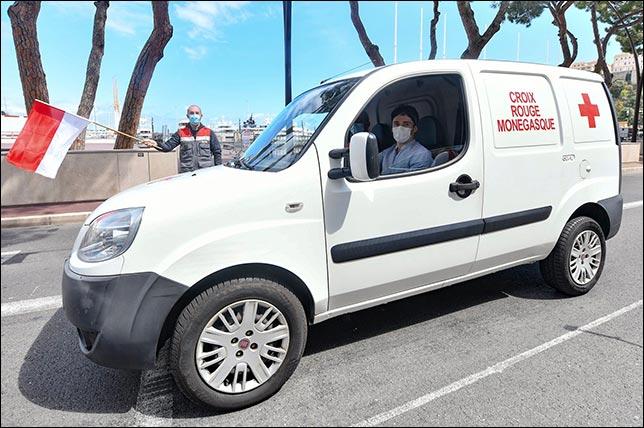 Шарль Леклер за рулмё машины Красного Креста. Фото: Manuel Vitali