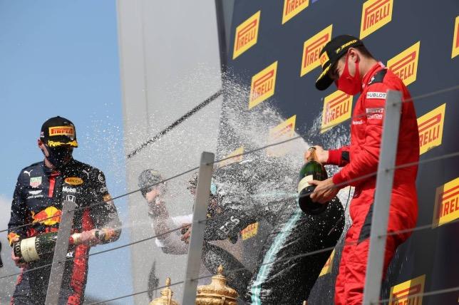 Макс Ферстаппен, Льюис Хэмилтон и Шарль Леклер на подиуме Гран При Великобритании