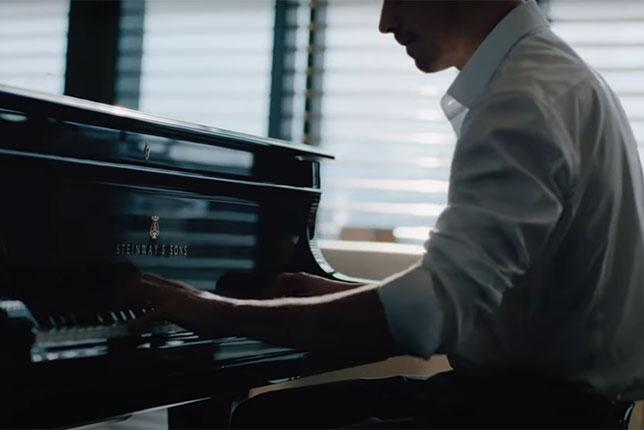 Шарль Леклер за роялем, кадр из интервью пресс-службе Giorgio Armani