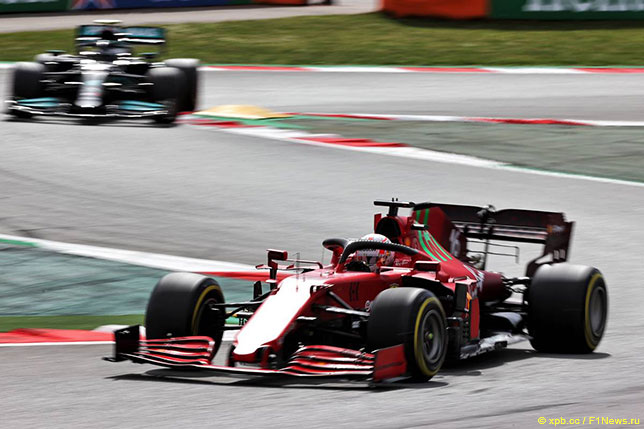 Шарль Леклер за рулём Ferrari SF21 на трассе Гран При Испании