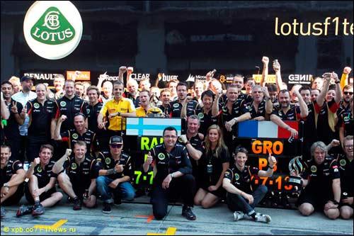 Команда празднует двойной подиум Lotus в Гран При Германии