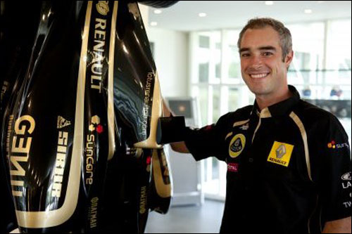 Сотрудник Lotus Renault GP Мэтт Джонсон