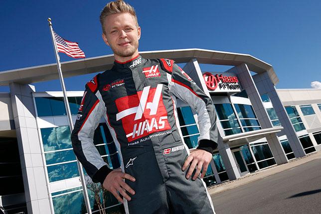Кевин Магнуссен в форменном комбинезоне Haas F1 возле базы команды в Каннаполисе, штат Северная Каролина
