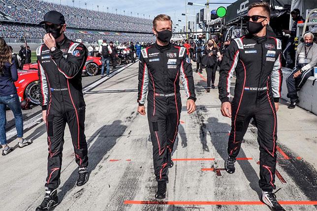 Кевин Магнуссен (в центре) и его напарники по команде Chip Ganassi Racing, фото из Twitter гонщика