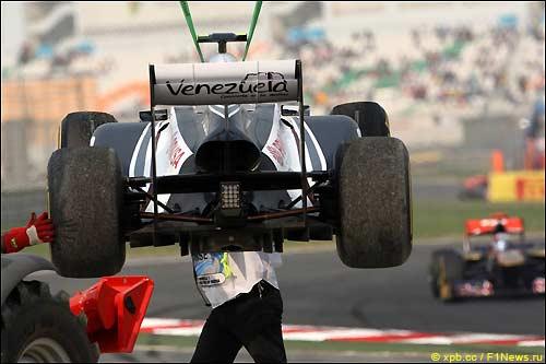 Машину Пастора Мальдонадо эвакуируют с трассы Гран При Индии