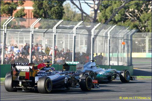 Пастор Мальдонадо ведет борьбу с соперниками из КИК и Mercedes на трассе Гран При Австралии