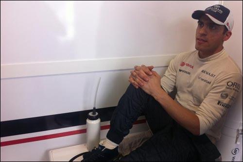 Пастор Мальдонадо в боксах Williams после аварии